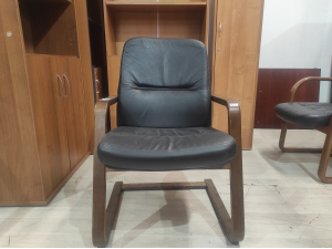 Кресло конференц кожа/дерево б/у